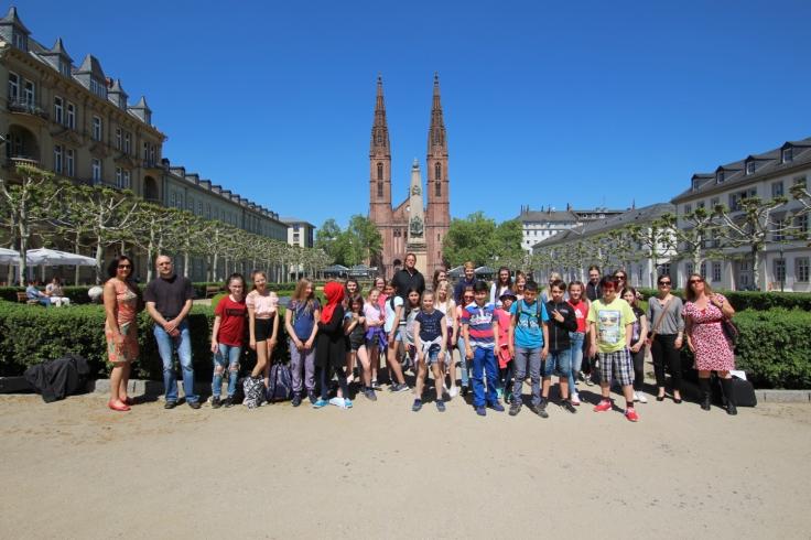 Abb 1 Ricarda-Huch-Schule vor dem Hessischen Kultusministerium2